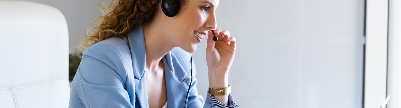 Une secrétaire au téléphone